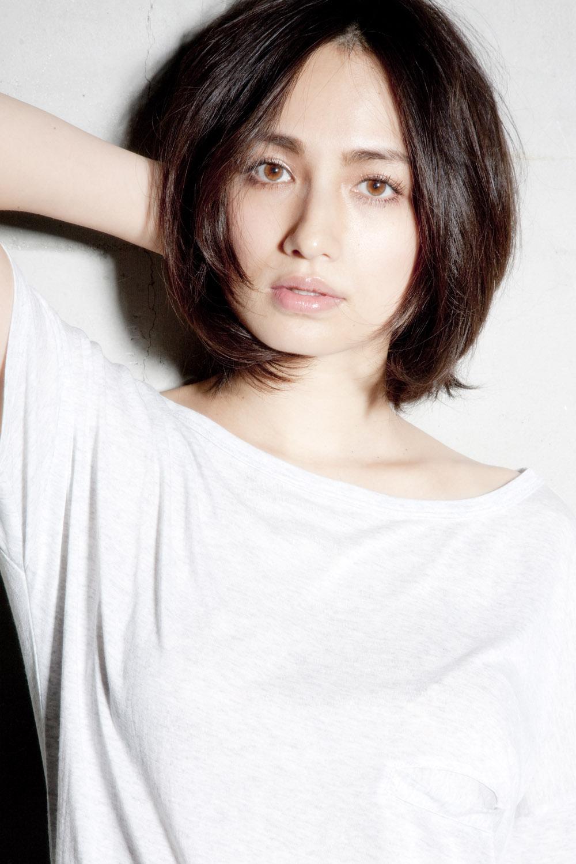 白いトップスを着ているショートボブの佐田真由美の画像